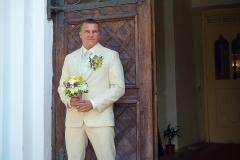 Līgavas pie baznīcas